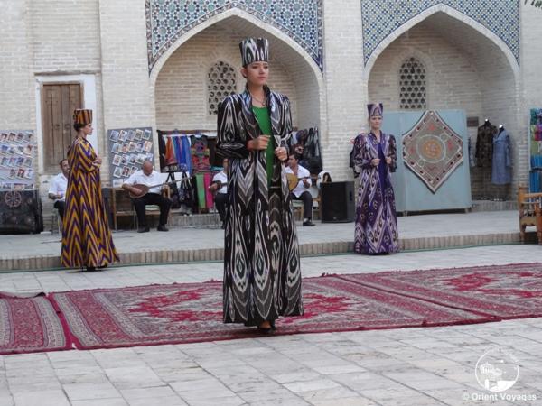 показ узбекской моды в национальных костюмах
